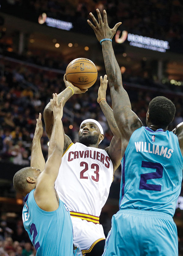 James scores 25 as Cavaliers rout Charlotte Hornets 129-90